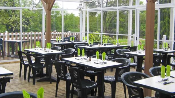 Aux Berges de Bougard terrasse avec vue sur le canal et le jardinet privatif
