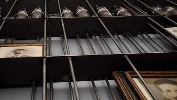 Vermouth Anselmo vista dal basso sulle bottiglie
