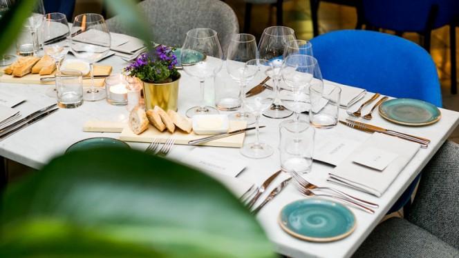 Gezellige tafel in het restaurant - PRESSROOM, Amsterdam
