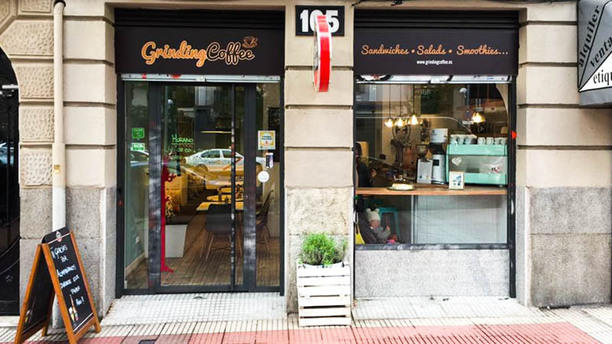 Grinding Coffee Entrada