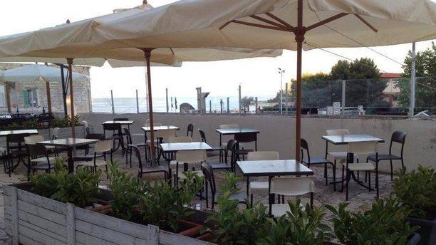 Il Cappellaio Matto Vsita tavoli sul mare