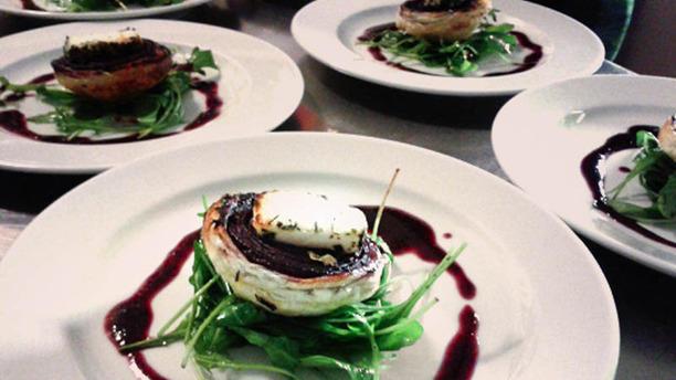 Le Cassini tarte tatin d'onion rouge, brie et un sirop de framboise