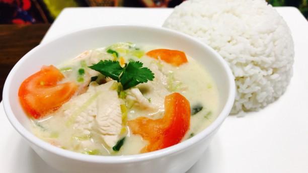 Fives Thai Bangkok Poulet au lait de coco et la citronnelle accompagné de riz parfumé au Jasmin et Nems légumes