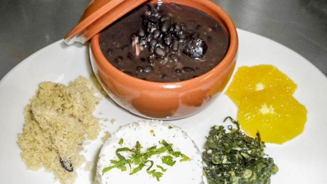 Feijoada - Plat National - Cassoulet brésilien au haricots noirs, viandes de porc. - Brasileirinho, Paris