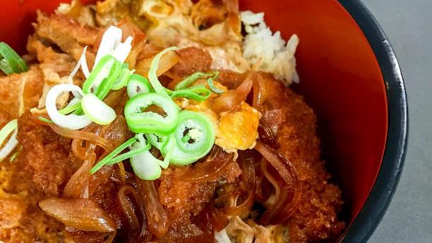 Aromas de Asia Katsudon: bol de arroz con lomo de cerdo rebozado, huevo y cebolla en salsa de soja.