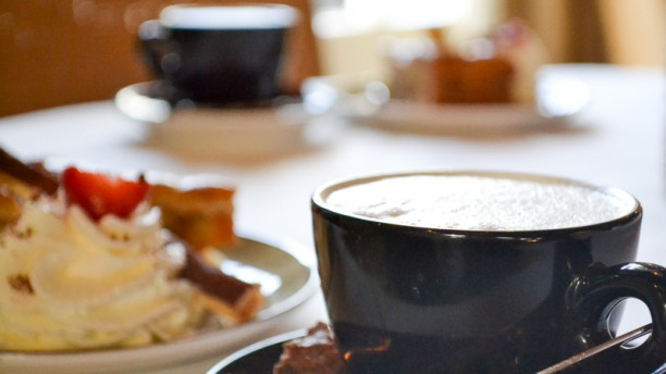 Turfhoeve cappuccino met gebak