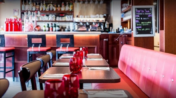 Cafe Minute Papillon Le bar et une partie de la salle principale