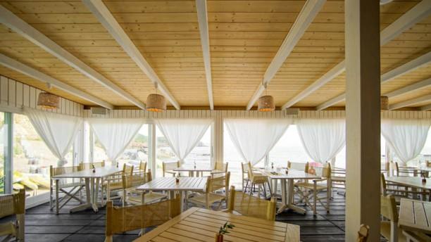 Warung Beach Club and Restaurant Vista della sala interna
