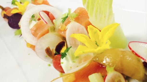 Salle Empire - Hôtel de Paris Cœur de saumon des Îles Féroé,  jardinière croquante, pain noir au citron et céréales