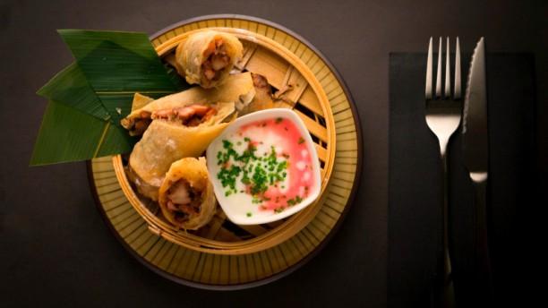 Amaloca Rollito tandoori: rollito de pollo tandoori con cebolla roja y menta acompañado de salsa fresca de yogurt con toque cítrico