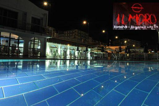 Risto pub il moro piscina illuminata di notte