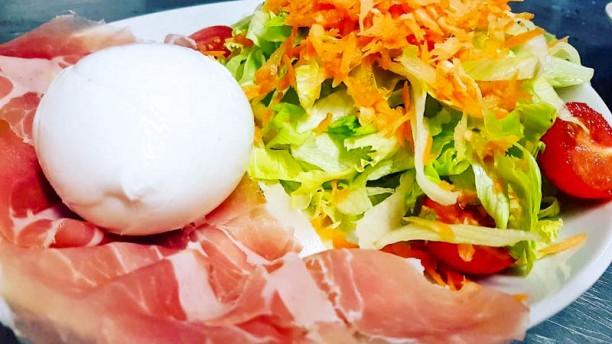PizzArt & Co. (la gustosa)  insalata mista con crudo e bufala