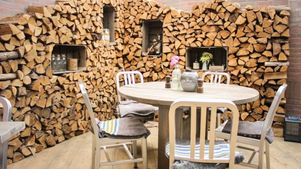 Eetkafe Onze gezellige houtstapel in de binnentuin