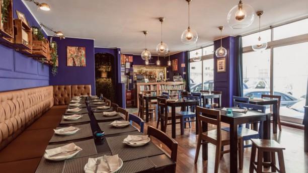 Setenta e Quatro Wine e Tapas Art Café Vista da sala