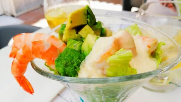 Mamay sea food cocktail de camarones aderezados con salsa de maracuya