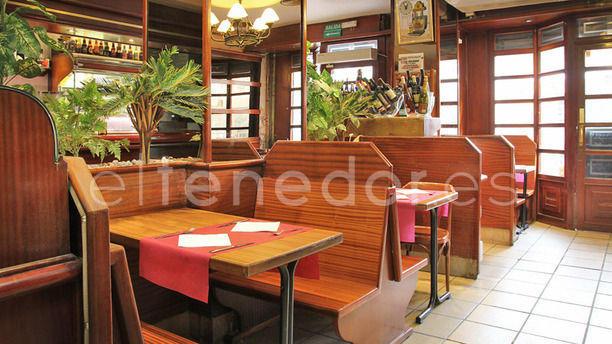 Slavia mesas con banquillos de madera