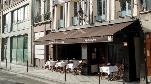 Ambassade d'Auvergne la façade du restaurant et sa terrasse
