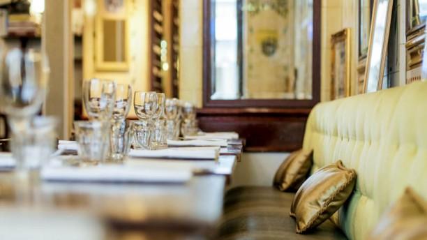 Restaurant Rue Mesnil Paris