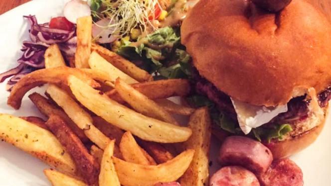 Brunch Boudu' : Burger Frenchy, saucisse de Toulouse, frites maison - Le Pitchoun, Toulouse