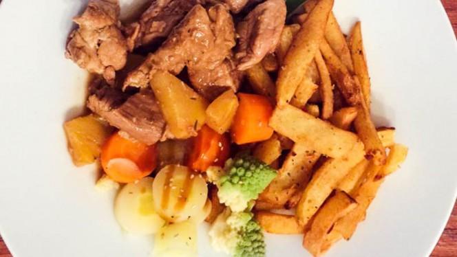 Sauté de porc à L'Ananas, frites maison et ses petits légumes - Le Pitchoun, Toulouse