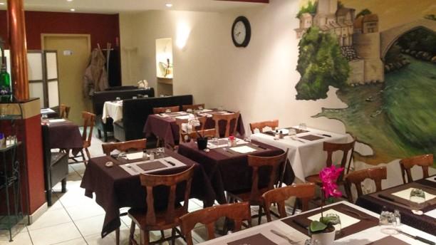 La Bonne Table- au pays Natal Salle du restaurant