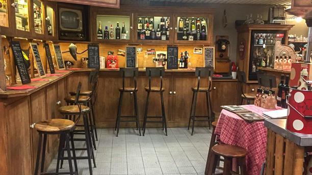 Mes Souvenirs d'Espagne (Marché des Capucins) La salle évoque plein de souvenirs de l'Espagne d'antan