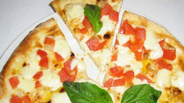 Esco Pazzo Due Pizza con basilico e pomodori a pezzetti