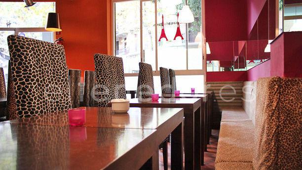 Café Paris Mesas y banquillos estilo jungla