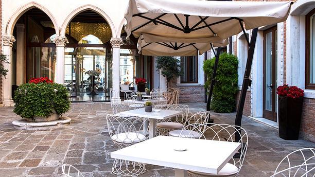 Antinoo's Lounge & Restaurant Dehor d'ingresso