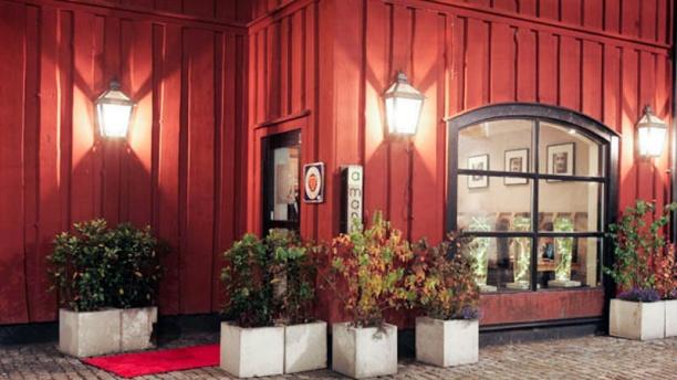A mano The entrance