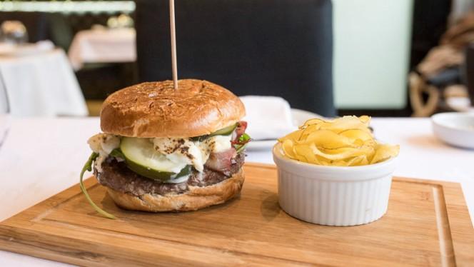Hambúrguer com batata chips - Sushi & Meat, Matosinhos