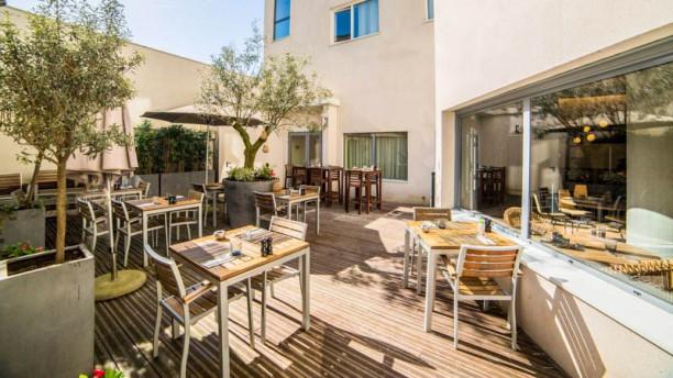 Kitchen and Bar by Courtyard Arcueil Terrasse