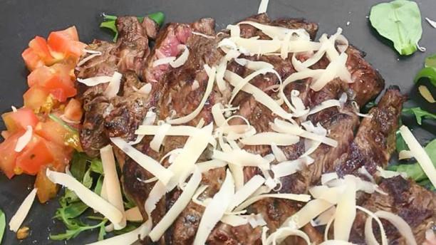 La Brace Tagliata di carne con rucola pomodori e scaglie