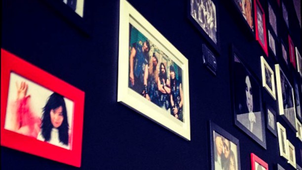 Bene Così Rock Burger Cafè la parete con le foto dei cantanti