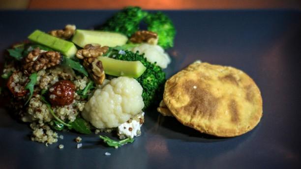 Paul Gabriel Quinoa salade met gestoomde groenten, geitenkaas en walnoten olie