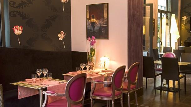 Le Dix Vins Petite tables côté banquette noire, mur noir fleuri du restaurant Le Dix Vins