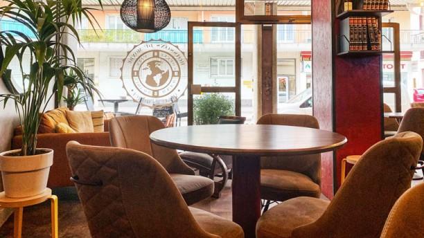 Ailleurs qu´Ici La salle vu d'une table