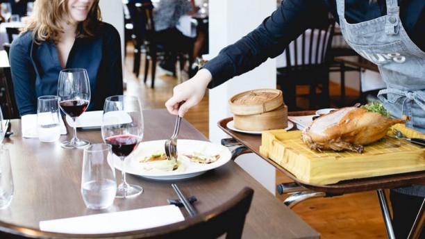 Chung Peking eend  aan tafel gesneden