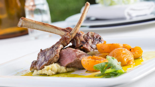 Sunset Grill & Bar Kuzu Pirzola, közlenmiş patlıcan püresi ve fırınlanmış taze kayısı ile.JPG