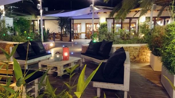 Uttopia Resort Zona lounge. Deleitate con los mejores Gintonics, Vodkatonics o cualquier cocktail que se te ocurra. Tenemos mojitos de sabores, piña colada, caipiriña...