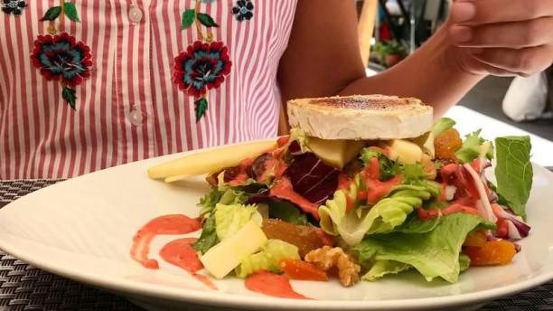El Rinconcito Ensalada Francesa: Queso de Cabra, Manzana, Frutos Secos y aderezo de Fresas