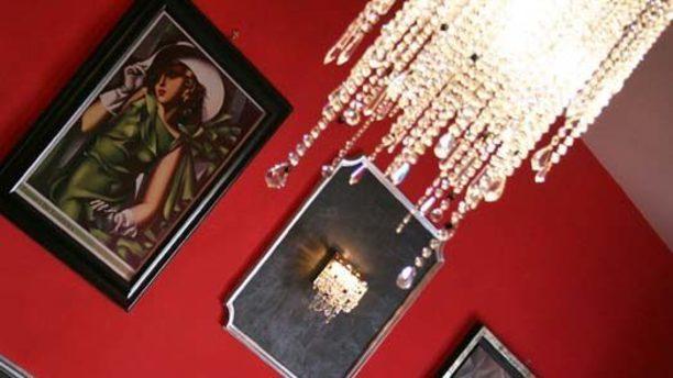 Il Maniero dei Cesari lampadario a goccia e quadro